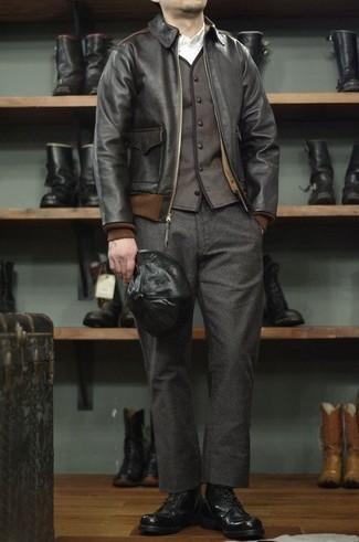 Черные кожаные повседневные ботинки: с чем носить и как сочетать мужчине: В черном кожаном бомбере и темно-серых шерстяных брюках чинос ты вне всякого сомнения будешь образцом мужского стиля. Хочешь привнести сюда немного строгости? Тогда в качестве дополнения к этому ансамблю, выбери черные кожаные повседневные ботинки.