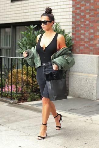 Как и с чем носить: оливковый бомбер, черная вязаная майка, черные джинсовые шорты-бермуды, черные замшевые босоножки на каблуке