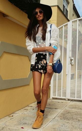 Как и с чем носить: белый бомбер в сеточку, белая майка в сеточку, черные шорты с цветочным принтом, светло-коричневые кожаные ботинки на шнуровке