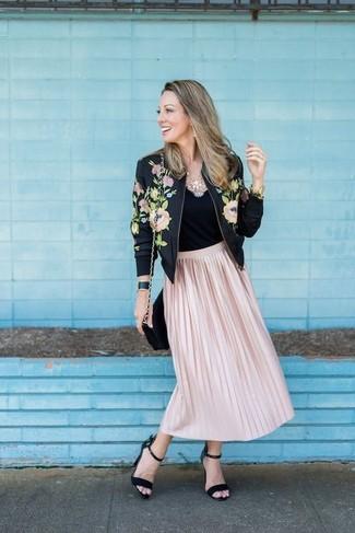 Как и с чем носить: черный бомбер с цветочным принтом, черная майка, розовая юбка-миди со складками, черные замшевые босоножки на каблуке
