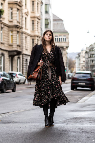 Как и с чем носить: черный шерстяной бомбер, черное платье-миди с цветочным принтом, черные кожаные сапоги, коричневая кожаная сумка-саквояж