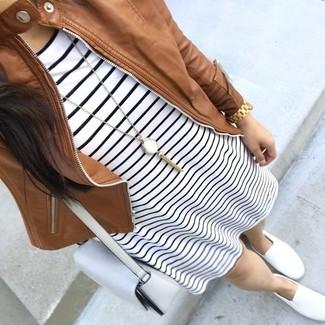 Как и с чем носить: коричневый кожаный бомбер, бело-черное повседневное платье в горизонтальную полоску, белые слипоны, белая кожаная сумка через плечо