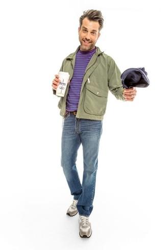 Как и с чем носить: оливковый бомбер, оливковая полевая куртка, фиолетовая футболка с круглым вырезом в горизонтальную полоску, синие джинсы
