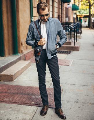 Как и с чем носить: темно-синий бомбер, белая рубашка с длинным рукавом, темно-серые шерстяные брюки чинос, коричневые кожаные броги