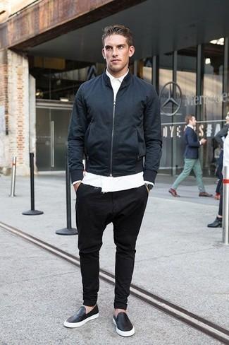 Темно-синий бомбер: с чем носить и как сочетать мужчине: Темно-синий бомбер и черные брюки чинос прочно обосновались в гардеробе современных джентльменов, позволяя создавать запоминающиеся и стильные образы. Вместе с этим ансамблем гармонично будут выглядеть черные кожаные слипоны.