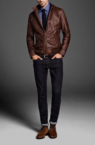 Собираясь в кино или демократичное кафе, обрати внимание на сочетание коричневого кожаного бомбера и темно-синих джинсов. Чтобы немного разнообразить образ и сделать его элегантнее, можно надеть коричневые замшевые туфли дерби.