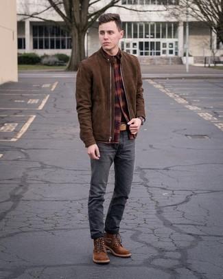С чем носить коричневый замшевый бомбер мужчине: Если в одежде ты ценишь удобство и функциональность, обрати внимание на это тандем коричневого замшевого бомбера и темно-серых джинсов. Любишь яркие сочетания? Закончи образ коричневыми замшевыми повседневными ботинками.