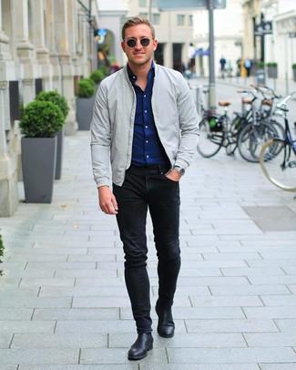 Как и с чем носить: серый бомбер, темно-синяя рубашка с длинным рукавом, черные зауженные джинсы, черные кожаные ботинки челси