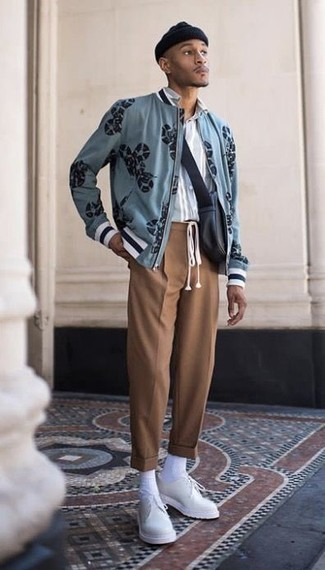 Как и с чем носить: голубой бомбер с принтом, голубая рубашка с длинным рукавом в вертикальную полоску, коричневые классические брюки, белые кожаные туфли дерби