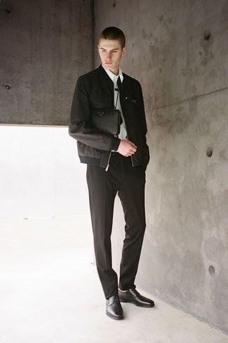 Мода для 30-летних мужчин: Несмотря на то, что это классический ансамбль, дуэт черного бомбера и черных классических брюк всегда будет по душе стильным молодым людям, но также пленяет при этом дамские сердца. Вместе с этим луком прекрасно выглядят черные кожаные туфли дерби.