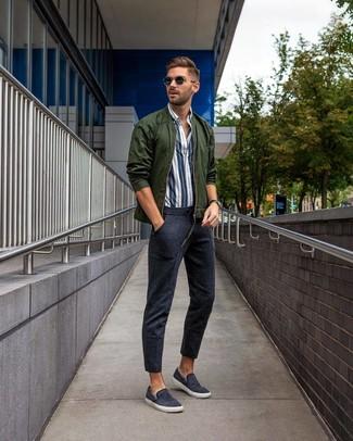 Как и с чем носить: темно-зеленый бомбер, бело-темно-синяя рубашка с длинным рукавом в вертикальную полоску, темно-синие спортивные штаны, темно-синие слипоны из плотной ткани