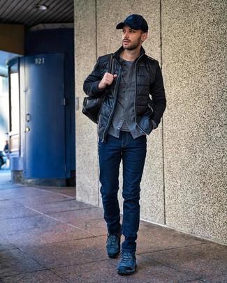 Как и с чем носить: черный стеганый бомбер, серая фланелевая рубашка с длинным рукавом, черно-белая футболка с длинным рукавом в горизонтальную полоску, темно-синие джинсы