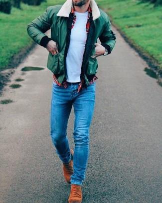 Как и с чем носить: зеленый бомбер, красная рубашка с длинным рукавом в шотландскую клетку, голубая футболка с круглым вырезом, синие зауженные джинсы
