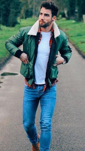 Как и с чем носить: зеленый бомбер, красная рубашка с длинным рукавом в шотландскую клетку, белая футболка с круглым вырезом, синие джинсы