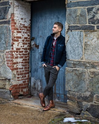 Как и с чем носить: темно-синий флисовый бомбер, темно-синяя фланелевая рубашка с длинным рукавом в шотландскую клетку, белая футболка с круглым вырезом, темно-серые шерстяные брюки карго