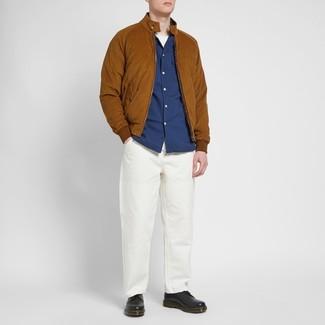 Как и с чем носить: табачный замшевый бомбер, темно-синяя рубашка с длинным рукавом, белая футболка с круглым вырезом, белые брюки чинос