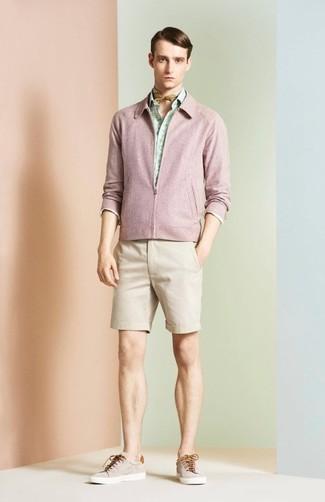 Как и с чем носить: розовый бомбер, мятная рубашка с длинным рукавом с принтом, бежевые шорты, бежевые низкие кеды