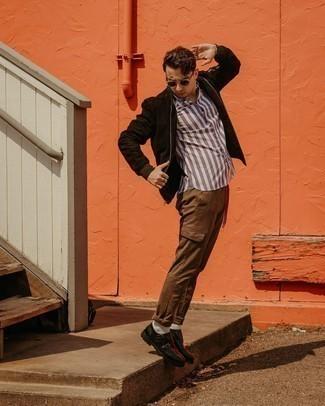 Мужские луки: Практичное сочетание темно-коричневого замшевого бомбера и коричневых брюк карго поможет выразить твой личный стиль и выигрышно выделиться из общей массы. Теперь почему бы не привнести в этот лук на каждый день немного консерватизма с помощью черных кожаных монок с двумя ремешками?