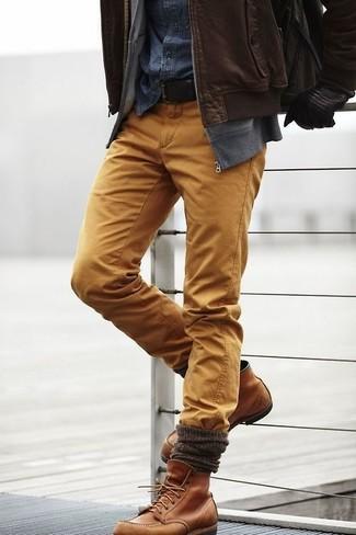 Как и с чем носить: темно-коричневый кожаный бомбер, серый свитер на молнии, темно-синяя джинсовая рубашка, горчичные брюки чинос