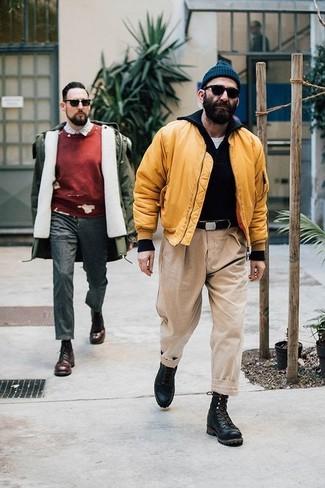 Бежевые брюки чинос: с чем носить и как сочетать: Желтый бомбер и бежевые брюки чинос — отличный выбор, если ты ищешь лёгкий, но в то же время стильный мужской ансамбль. Уравновесить лук и добавить в него немного классики помогут черные кожаные повседневные ботинки.