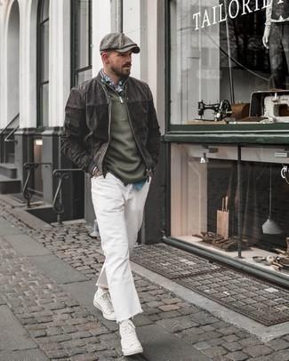 Серый замшевый бомбер: с чем носить и как сочетать мужчине: Можно с уверенностю сказать, что серый замшевый бомбер выглядит гармонично в тандеме с белыми джинсами. Дополнив ансамбль белыми высокими кедами из плотной ткани, можно привнести в него динамичность.