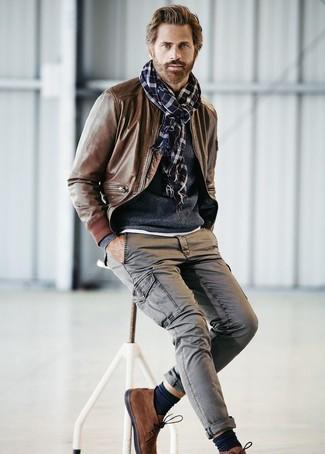 Как и с чем носить: коричневый кожаный бомбер, темно-синий свитер с круглым вырезом, серые брюки карго, коричневые замшевые ботинки дезерты