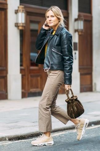 Как и с чем носить: черный кожаный бомбер, желтый свитер с круглым вырезом, светло-коричневые брюки-кюлоты в клетку, бежевые кроссовки