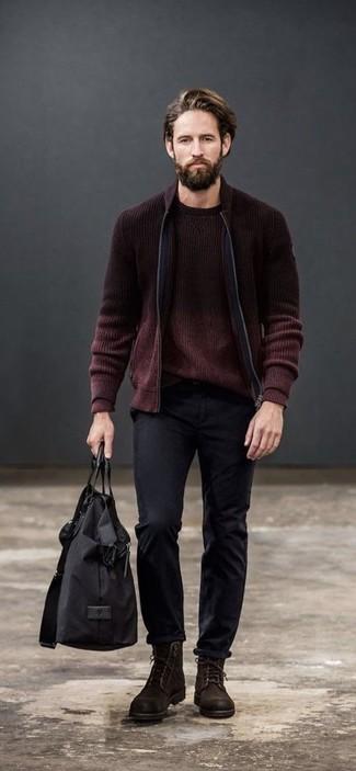 Как и с чем носить: темно-красный вязаный бомбер, темно-красный свитер с круглым вырезом, черные брюки чинос, темно-коричневые замшевые повседневные ботинки
