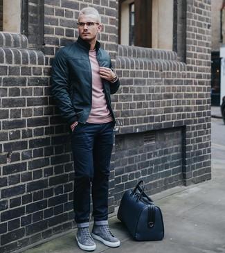 Как и с чем носить: черный кожаный бомбер, розовый свитер с круглым вырезом, темно-синие брюки чинос, серые замшевые высокие кеды