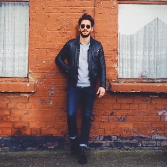 Как и с чем носить: черный кожаный бомбер, серый свитер с круглым вырезом, синяя джинсовая рубашка, темно-синие джинсы