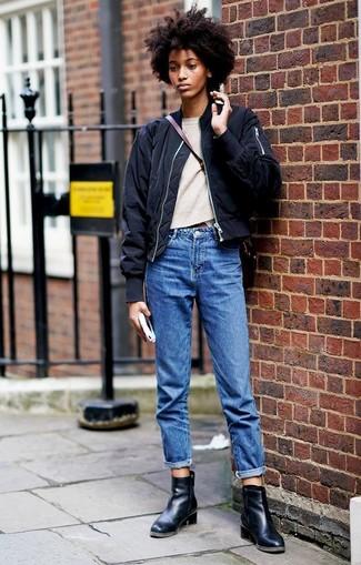 Как и с чем носить: черный бомбер, бежевый свитер с круглым вырезом, синие джинсы-бойфренды, черные кожаные ботильоны