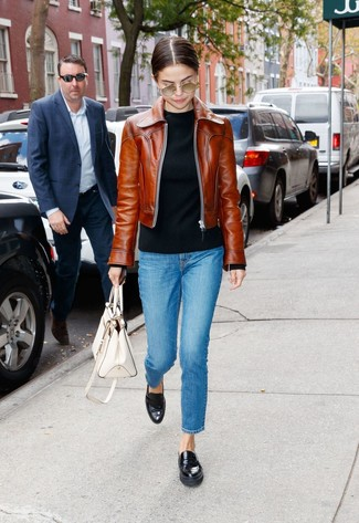 Как и с чем носить: коричневый кожаный бомбер, черный свитер с круглым вырезом, синие джинсы, черные кожаные лоферы