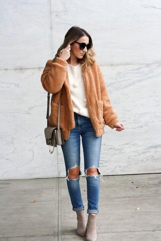 Как и с чем носить: светло-коричневый флисовый бомбер, белый свитер с круглым вырезом, синие рваные джинсы, серые замшевые ботильоны