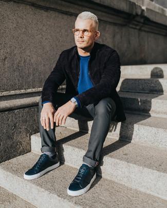 Как и с чем носить: черный замшевый бомбер, синий свитер с круглым вырезом, темно-серые джинсы, черные кожаные низкие кеды