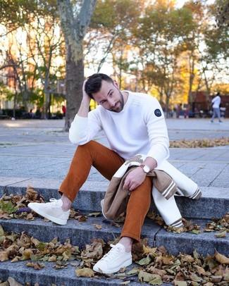 Как и с чем носить: бело-коричневый бомбер, белый свитер с круглым вырезом, табачные вельветовые джинсы, бежевые низкие кеды из плотной ткани