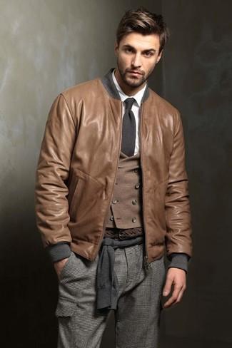 Модный лук: Коричневый кожаный бомбер, Темно-серый свитер с круглым вырезом, Коричневый шерстяной жилет, Белая классическая рубашка