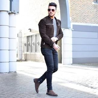 Как и с чем носить: темно-коричневый замшевый бомбер, серый свитер с круглым вырезом, темно-синие зауженные джинсы, темно-коричневые замшевые ботинки челси