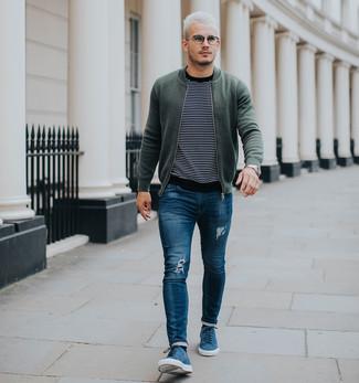 Как и с чем носить: оливковый бомбер, черно-белый свитер с круглым вырезом в горизонтальную полоску, синие рваные зауженные джинсы, синие замшевые низкие кеды