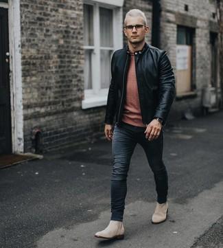 Как и с чем носить: черный кожаный бомбер, оранжевый свитер с круглым вырезом, черные зауженные джинсы, бежевые замшевые ботинки челси