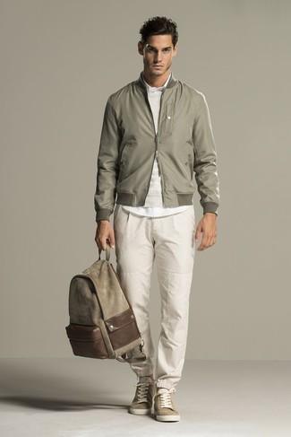Как и с чем носить: оливковый бомбер, бежевый свитер с круглым вырезом, белая классическая рубашка, бежевые спортивные штаны