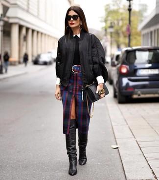 Как и с чем носить: черный бомбер, черный свитер с круглым вырезом, белая классическая рубашка, черная юбка-карандаш в шотландскую клетку