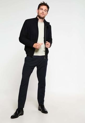 Как и с чем носить: черный бомбер, бежевый свитер с круглым вырезом, черные классические брюки, черные кожаные туфли дерби