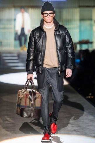 Как и с чем носить: черный кожаный бомбер, бежевый свитер с круглым вырезом, темно-серые шерстяные классические брюки, красные кожаные повседневные ботинки