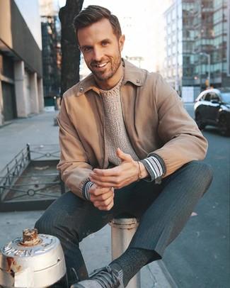 Как и с чем носить: светло-коричневый бомбер, бежевый вязаный свитер с круглым вырезом, темно-серые классические брюки в вертикальную полоску, темно-серые кроссовки