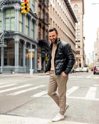 Как и с чем носить: черный кожаный бомбер, светло-коричневый вязаный свитер с круглым вырезом, светло-коричневые классические брюки в клетку, бежевые кожаные низкие кеды