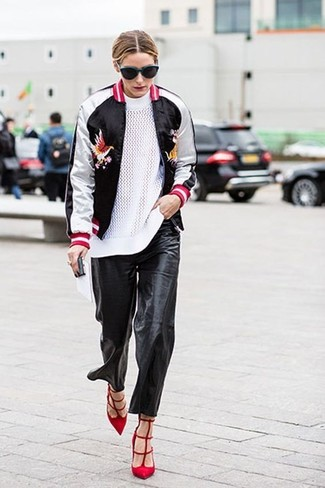 Как Olivia Palermo носит Черно-белый бомбер, Белый свитер с круглым вырезом, Черные кожаные пижамные штаны, Красные замшевые туфли