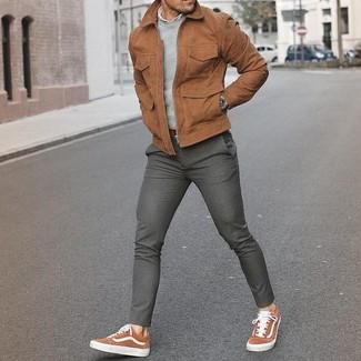 Как и с чем носить: коричневый замшевый бомбер, серый свитер с круглым вырезом, белая рубашка с длинным рукавом, серые шерстяные классические брюки