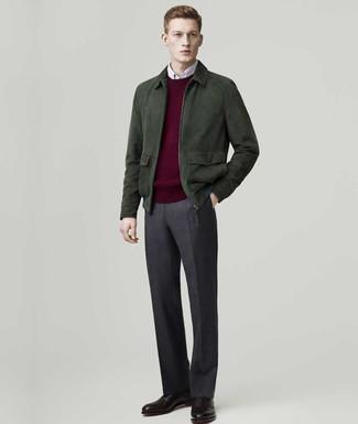 Как и с чем носить: темно-зеленый замшевый бомбер, темно-красный свитер с круглым вырезом, белая рубашка с длинным рукавом, темно-серые шерстяные классические брюки