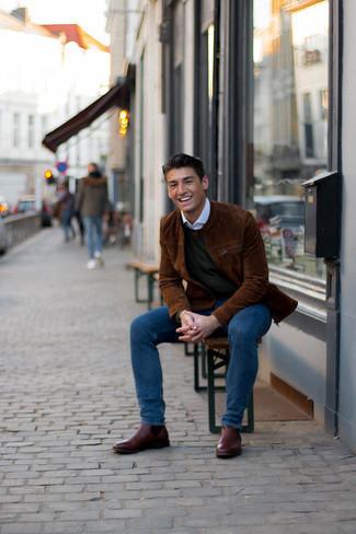 С чем носить коричневый замшевый бомбер мужчине: Образ из коричневого замшевого бомбера и темно-синих джинсов как нельзя лучше подчеркнет твою индивидуальность. Не прочь привнести в этот ансамбль толику строгости? Тогда в качестве обуви к этому ансамблю, выбери темно-коричневые кожаные ботинки челси.