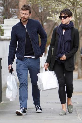 Как Jamie Dornan носит Темно-синий замшевый бомбер, Черный свитер с круглым вырезом, Белая футболка с круглым вырезом, Синие брюки чинос